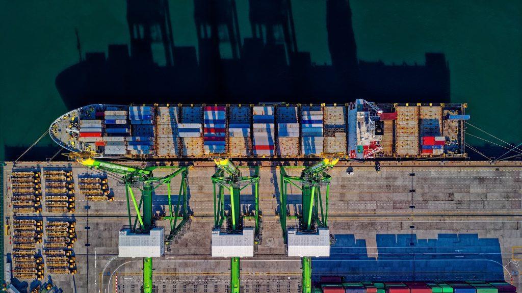 Загрузка корабля в порту для перевозки грузов в Украину